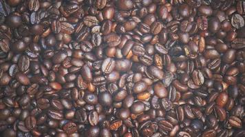 gros plan de grains de café avec de la fumée video