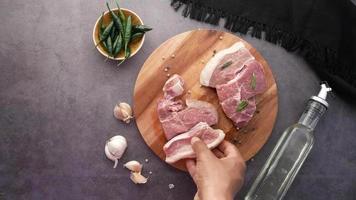 Draufsicht auf das Auflegen von rohem Fleisch auf ein Schneidebrett video