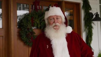 jultomten som vinkar vid ytterdörren video