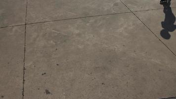 schaduw van jongen skaten in park video