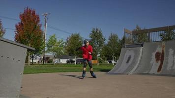 jongen skaten in het park video