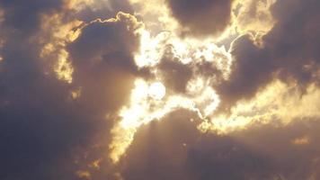 sol e nuvem timelapse em um dia ensolarado. video