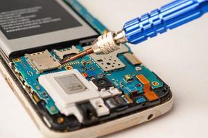 técnico reparando el interior del teléfono móvil foto