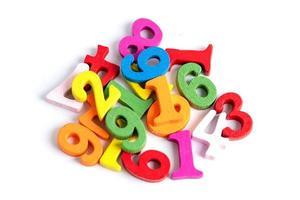 Número matemático colorido sobre fondo blanco. foto