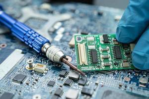 reparación del interior del disco duro con soldador. circuito integrado. foto
