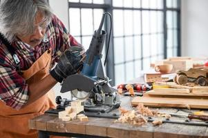 carpinteros profesionales trabajan creativamente en casa foto