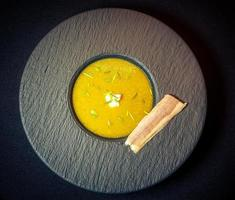 sopa de curry con anguila ahumada foto