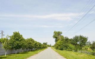 Hermosa carretera de asfalto vacía en el campo sobre fondo de color foto