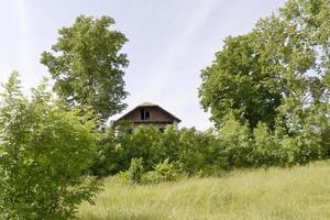 Hermoso y antiguo edificio abandonado casa de campo en el campo foto