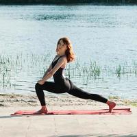Colocar bastante práctica femenina ejercicio de yoga al aire libre foto