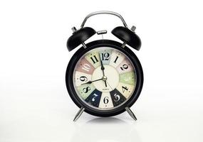 Cerrar reloj despertador clásico sobre fondo blanco. foto
