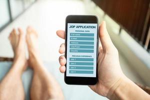 Solicitud de empleo online con móvil. reclutamiento, búsqueda de trabajo en línea. foto