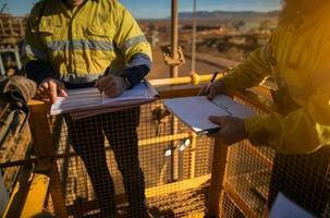los trabajadores mineros están firmando aprobaciones de alto riesgo para trabajar en alturas foto
