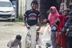sorong, papua, indonesia 2021- la gente celebra el día de la independencia de indonesia con varios concursos foto
