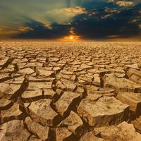 grieta la tierra con un hermoso cielo al atardecer foto