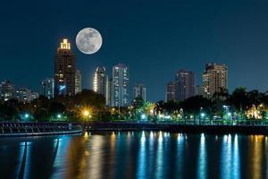 super luna llena sobre el edificio moderno foto