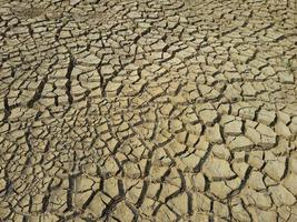Suelo seco de grietas en verano abstracto de fondo foto