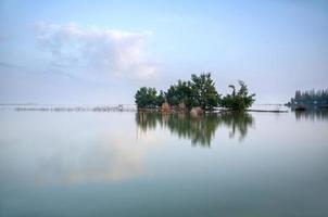 casa de pescador en medio del lago. foto