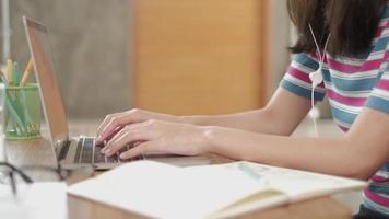 asiatisk kvinna som skriver på bärbar dator för online affärskommunikation video