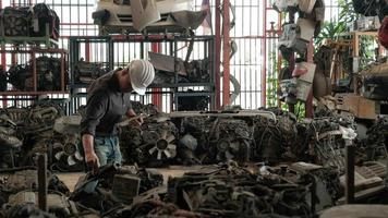 ingénieur masculin de race blanche dans l'entrepôt de pièces détachées automobiles video