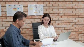 réunion d'affaires avec une femme gestionnaire et sa fille video