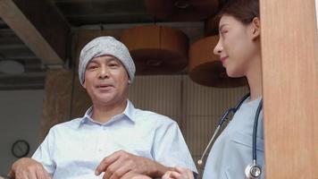 Pacientes con cáncer en silla de ruedas tratamiento de rehabilitación en el hogar. video