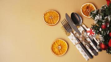Ajuste para la cena navideña en mesa de oro con decoración foto
