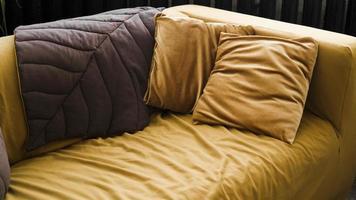 diseño de sala de estar moderno con sofá amarillo y almohadas marrones foto