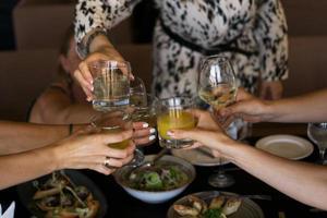 Grupo de amigos disfrutando de un aperitivo en el bar. foto