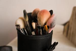 Pinceles de maquillaje en un estuche de maquillador sobre fondo borroso foto