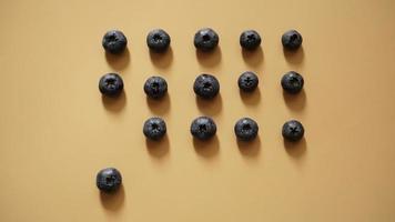 Los arándanos están dispuestos en filas sobre un fondo dorado. foto
