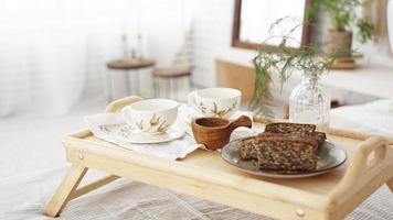 desayuno colocado de cerca en la habitación. tazas en una bandeja foto