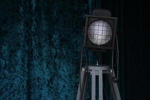 Equipo de iluminación de estudio fotográfico sobre fondo negro y azul. foto