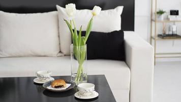sofá en un interior moderno. sobre la mesa hay un ramo de tulipanes foto