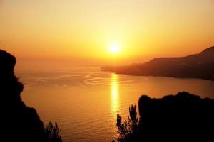 puesta de sol en el mar, costa de alanya turquía foto