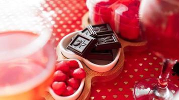 bombones y dulces en platos en forma de corazón foto