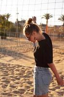 Retrato de mujer atractiva cerca de la red de voleibol foto