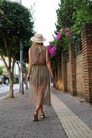 Niña bonita caminando en la calle de Turquía de verano foto