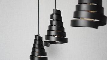una moderna lámpara de araña hecha de espiral de metal negro foto