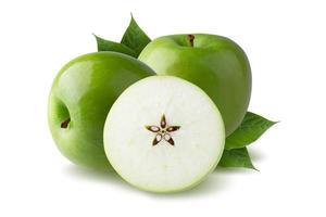 Manzana verde con hoja verde y rodaja cortada con semilla aislado sobre fondo blanco. foto