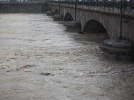 inundación del río po en turín foto