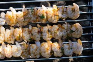langostinos tigre blancos picantes a la plancha con ensalada de patata y pepino foto