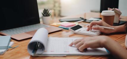 Cerrar empresario con calculadora y portátil para calaulating foto