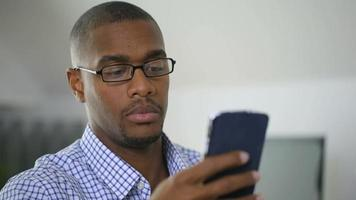 homme d'affaires parlant au téléphone portable au bureau video