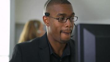 homme d'affaires parlant avec un casque au bureau video