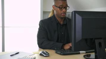 homme affaires, travailler ordinateur, dans, bureau video