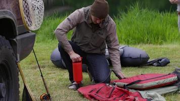 vliegvisser pompt vlotterbuis op video