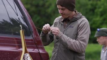 vliegvissers die een vlieg binden video