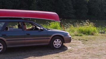 La famille gare la voiture au camping video