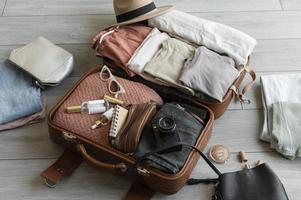 el arreglo ropa accesorios maleta foto